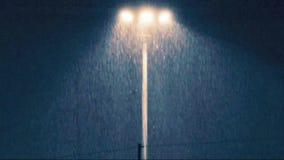 Regen bij nacht met lichte lamp stock video