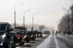 Regen in den Straßenautos und -fußgängern lizenzfreie stockfotos