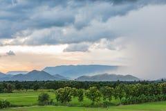 Regen, der in die Berge, Landschaft fällt Lizenzfreies Stockfoto