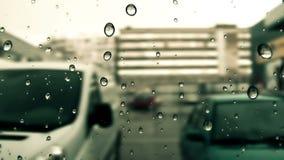Regen, der hinunter das Fenster tropft stock video footage