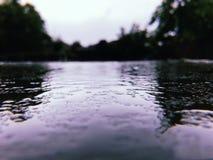 Regen doorweekte weg royalty-vrije stock afbeelding