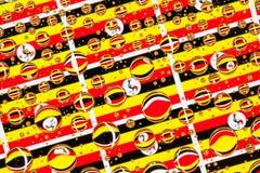 Regen fällt voll von Uganda-Flaggen Stockfotos