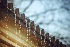 Regen fließt unten von einem Dach unten Lizenzfreie Stockbilder