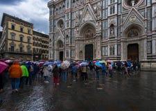Regen in Florence Vierkant dichtbij de Kathedraal van Santa Maria del Fiore stock afbeelding