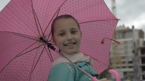 Regen Gelukkig meisje met paraplu in handen glimlachen stock videobeelden