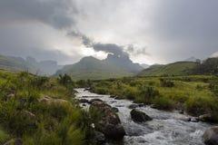 Regen in het bergvoer de rivier stock foto's