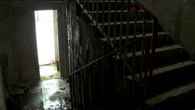 Regen innerhalb des verlassenen Hauses stock video
