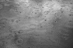 Regen lässt Formkreise fallen stockfotografie
