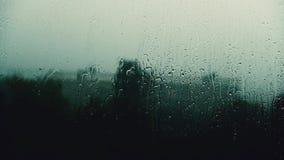 Regen lässt Streikfensterscheibe fallen stock video