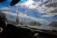 Regen op autoglas royalty-vrije stock foto