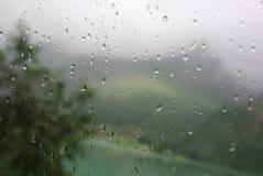 Regen op busvenster. Stock Afbeelding