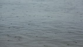 Regen op de rivier stock video