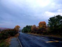 Regen op de weg royalty-vrije stock foto's