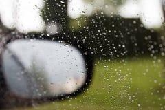 Regen op een auto royalty-vrije stock afbeelding