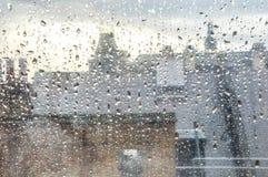 Regen op een venster op een stedelijk gebied met de afstand uit nadruk met Londen Stock Foto