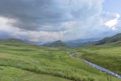 Regen op het bergvoer de rivier royalty-vrije stock foto's