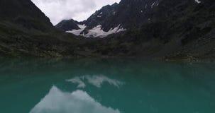 Regen op het turkooise meer Kuiguk, Altai, Rusland stock videobeelden