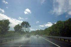 Regen op voorruit na regenonweer op een zonnige dag Royalty-vrije Stock Fotografie