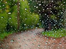 Regen op windscherm op bergweg Stock Foto's