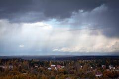 Regen over het de herfstbos Royalty-vrije Stock Afbeeldingen