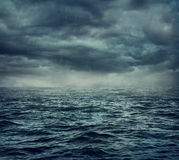 Regen over het stormachtige overzees stock fotografie