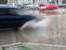 Regen produziert Löcher im Asphalt stockbilder