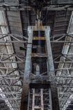Regen in rotte verlaten grote industriële zaal Waterstromen van pijp Depressiebederf Stock Afbeeldingen