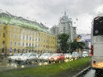 regen in stad, verkeer, auto's, lichten, dalingen Stock Fotografie