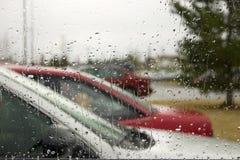 Regen-Tropfen auf der Frontscheibe Stockbild