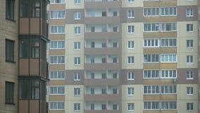 Regen in typische Russische woonwijk, 4K video stock video
