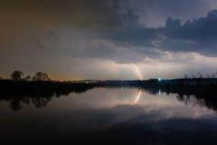 Regen und Blitz über dem Fluss Lizenzfreies Stockbild