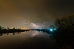 Regen und Blitz über dem Fluss Lizenzfreie Stockfotos