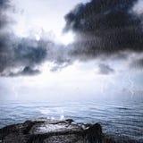 Regen und Gewitter im Ozean Stockbilder