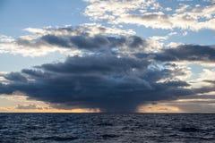 Regen-Wolke und Meer Stockfotografie
