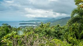 Regenachtig Landschap timelapse van Meningspunt, Karon-Strand, Kata Beach, Patong-Strand in Phuket-eiland, Thailand stock footage