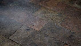 Regenachtig seizoen, regendalingen die op grond of straat vallen stock videobeelden