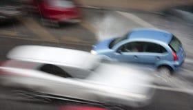 Regenachtige dag in de stad: Drijfdieauto's in de straat door hea wordt geraakt Stock Afbeeldingen