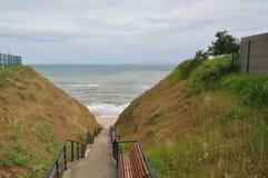 Regenachtige dag in de Zwarte Zee, toegangstrap aan strand Royalty-vrije Stock Foto's