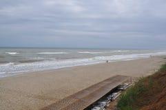 Regenachtige dag in de Zwarte Zee, toegangstrap aan strand Stock Foto