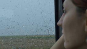 Regenachtige Dag die door Trein reizen stock videobeelden