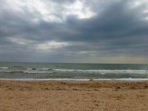 Regenachtige dag op het strand in de zomer royalty-vrije stock afbeelding