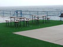 Regenachtige dag op oceaanpijler Stock Foto's