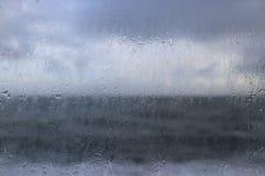 Regenachtige dag op zee stock afbeeldingen
