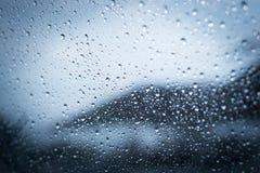 Regenachtige dagen, Regendalingen op venster, regenachtig weer, regenachtergrond royalty-vrije stock fotografie