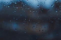 Regenachtige dagen, Regendalingen op venster, regenachtig weer, regenachtergrond, regen en bokeh Stock Fotografie