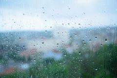 Regenachtige dagen - regendruppels op het venster stock foto