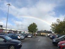 Regenachtige donkere dag met een regenboog royalty-vrije stock afbeelding