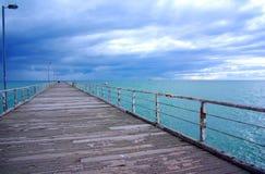 Regenachtige Hemel & Lange Pier stock afbeeldingen