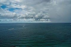 Regenachtige hemel met wolken over blauwe overzees in de V.S. stock afbeelding