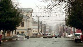 Regenachtige mistige de herfststad in Rusland stock videobeelden